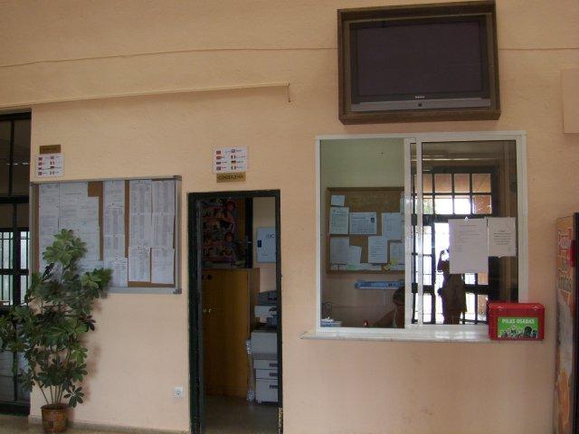 vista de la conserjería desde la entrada