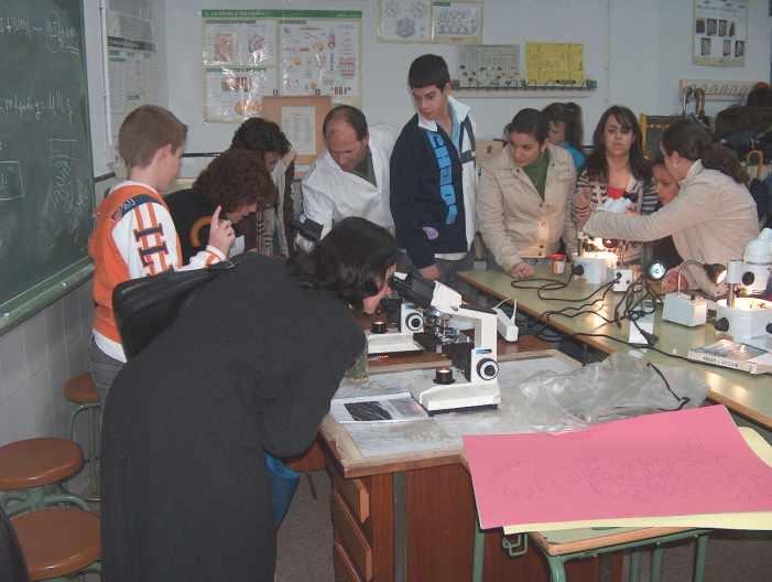 Alumnos con experimentos de biología