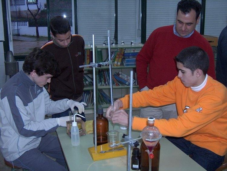 Alumnos con experimentos de química