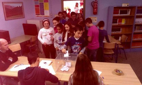 Alumnos votando en las elecciones a Consejo Escolar 2014