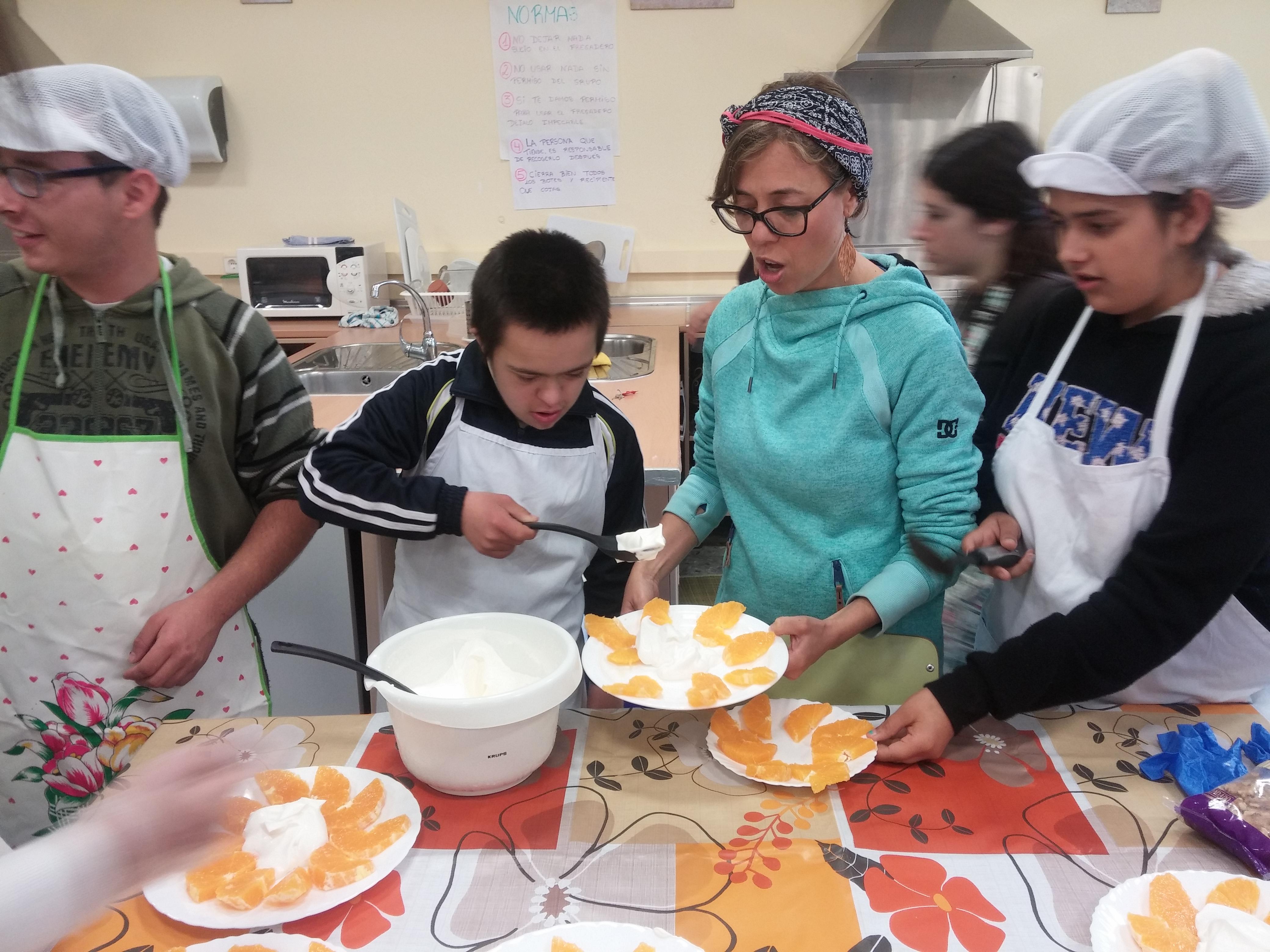Alumnos con necesidades educativas especiales participan en una clase de Apoyo Domiciliario