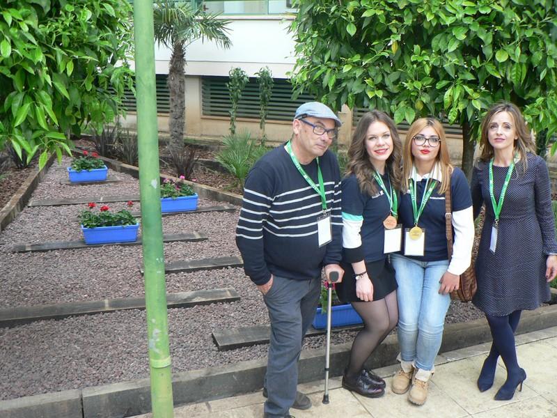 Alumnas y profes concurso jardinería