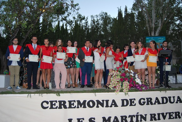 Entrega de diplomas a graduados/as en bachillerato