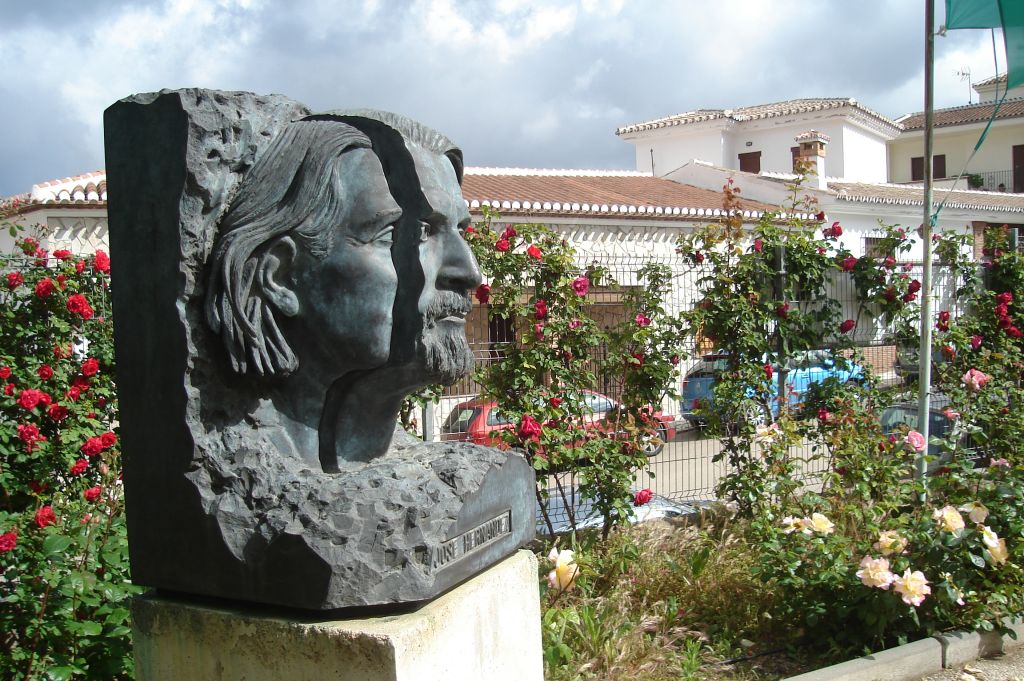 Busto de José Hernández situado a la entrada del centro