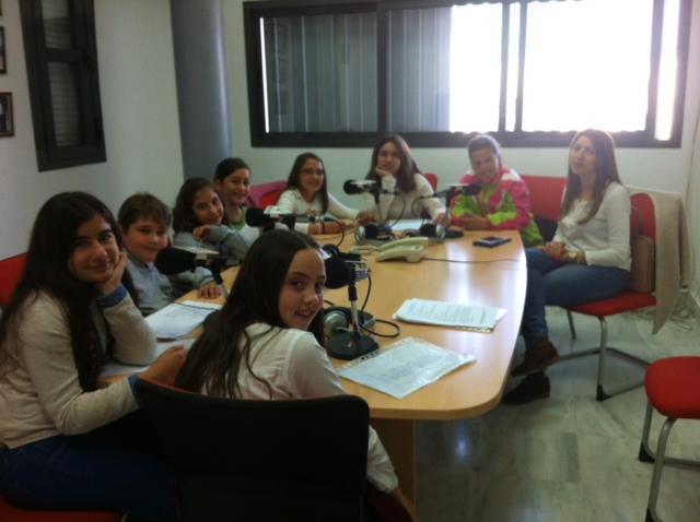 Alumnos de 5º de Primaria realizan el programa de radio de flamenco dedicado a Paco de Lucía y las alegrías.