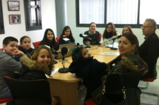 Alumnos de 6º de Primaria realizando el programa de radio Aula Flamenca