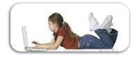 Niña con portátil
