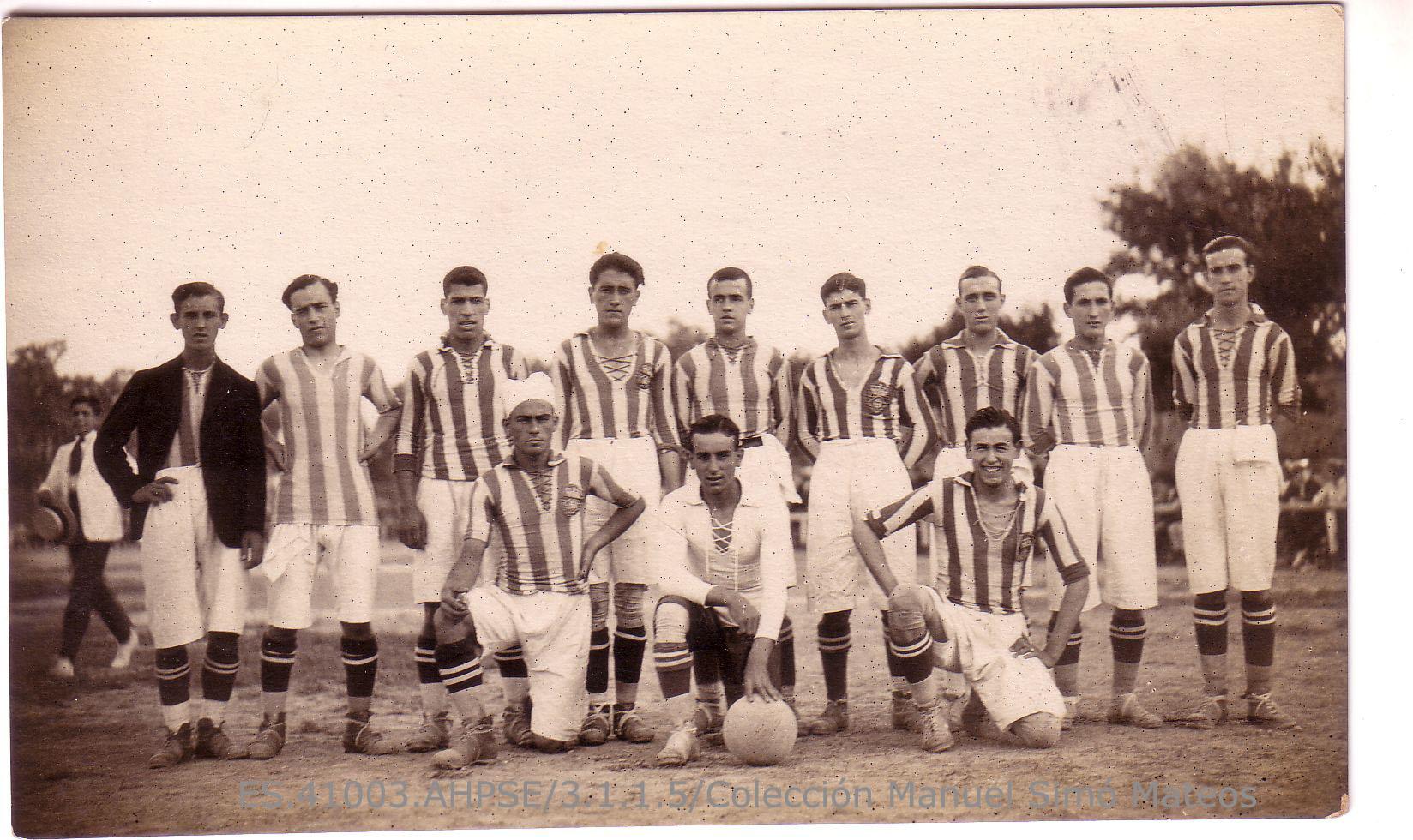 Retrato de grupo de jugadores de los primeros años del Real Betis Balompié. Portillo, Castilla, Castañeda, Salvador, Silva y Álvarez Noguera, entre otros. 1922