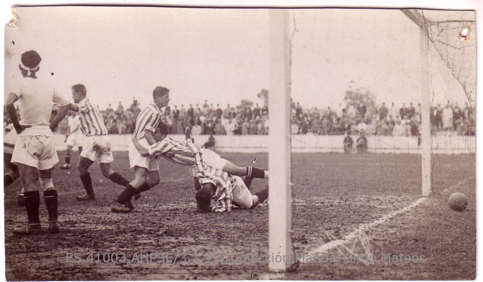 Instantánea de la celebración de un gol de los jugadores López, Timimi y Romero, durante un partido en el campo del Patronato.[1928-1935]