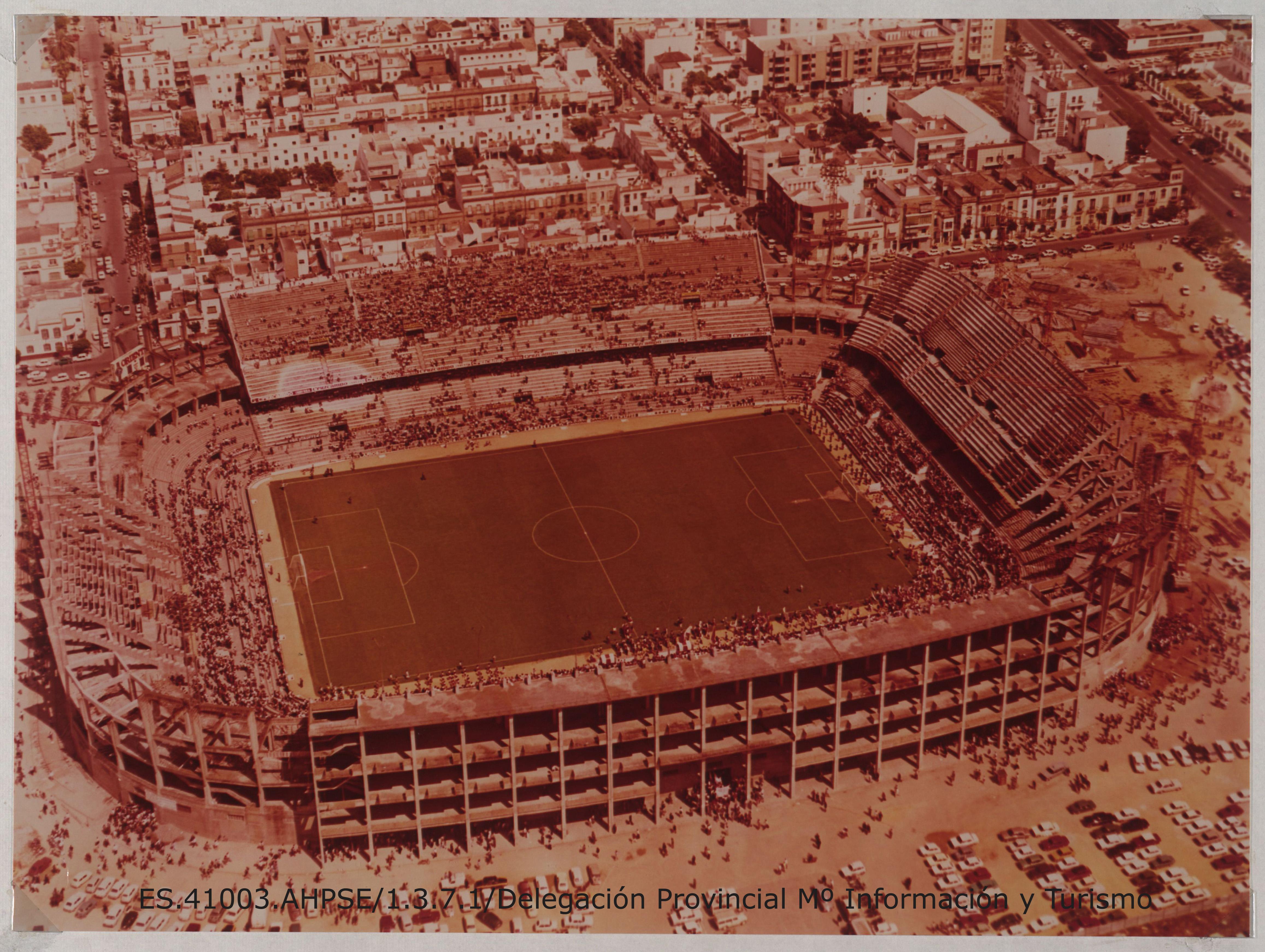 Vista aérea del estadio de fútbol Ramón Sánchez Pizjuán. Sevilla. [1970]