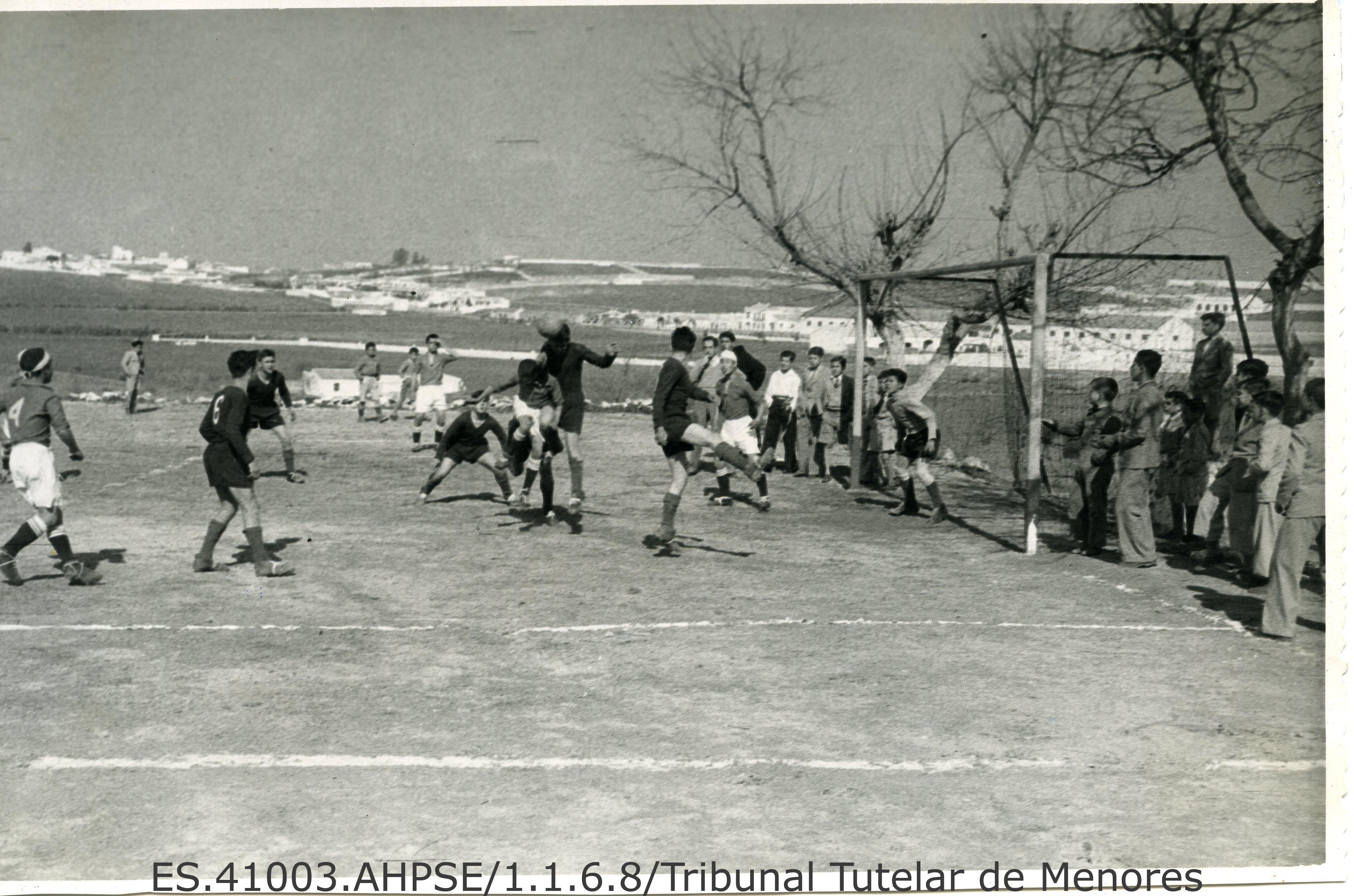 Partido de fútbol. Casa Tutelar San Francisco de Paula. fondo Tribunal Tutelar de Menores. 1955