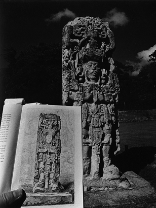 LEANDRO KATZ. Ante la estela B, Copán, 1989/2012. Fotografía B/N. Impresión digital. 50,8 x 40,5 cm.