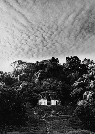 LEANDRO KATZ. Templo de la Frondosa Cruz, Palenque, 1992/2012. Fotografía B/N. Impresión digital. 50,8 x 40,5 cm.