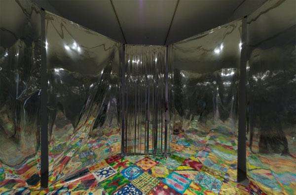 COLECTIVO USCO. Strobe Room, 1967-2012. Sala estroboscópica. Luz estroboscópica, tejido mylar, suelo multicolor teñido, música. Dimensiones variable