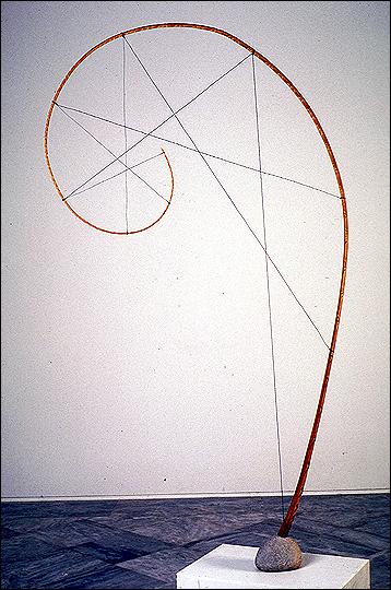 ADOLFO SCHLOSSER. Espiral, 1995. Escultura. Palmera, alambre de acero y piedra. 199 x 113,5 x 12 cm