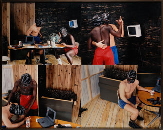 TXOMÍN BADIOLA. Vida cotidiana (con dos personajes pretendiendo ser humanos), 1995. Fotografía de la instalación 155 x 123 cm.