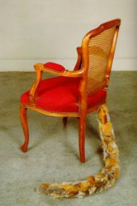 JOAN BROSSA. Mutació, 1988. 93 x 56 x 68 cm. Sillón tapizado y cola de zorro natural