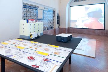 SANTIAGO CIRUGEDA. Casa ilegal/Alquiler de azoteas, 2007. Instalación. Maquetas de PVC espumado, madera, policarbonato y pintura. Fichas en vinilo y PVC. Vídeo. Juguetes