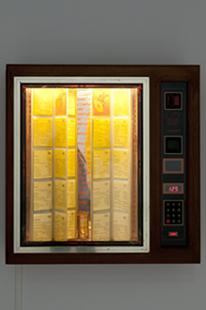 RUTH EWAN. A Jukebox of People Trying to Change the World, 2003-2011. 69 x 68 x 22 cm (jukebox), 105 x 60 x 45 cm (box). Archivo sonoro. Máquina de discos y lista de canciones