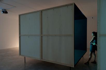 ANDREAS FOGARASI. Kultur und Freizeit-Periphery, 2 módulos de madera: 250 x 285 x 210 cm y 210 x 285 x 45 cm. Videoinstalación. Construcción en madera y vídeo