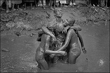 CRISTINA GARCÍA RODERO. Trance colectivo. Plaine du Nord, Serie Rituales en Haití. Ed. nº 1/7. 2000 (edición 2003). 80 x 119 cm. Fotografía en B/N
