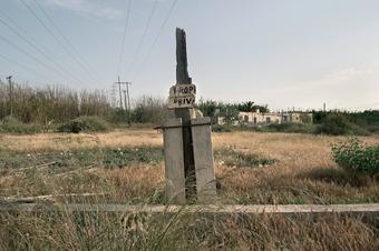 JOSÉ MANUEL GUERRERO SÁNCHEZ. Vega de Acá (propiedad privada). Almería, 2005. Serie Efímeros. Ed. nº 1/7. 43 x 64,5 cm. Fotografía color RC siliconada sobre metacrilato