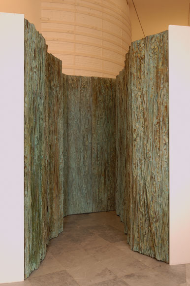 CRISTINA IGLESIAS. Habitación vegetal III, 2000. 248 x 160 x 250 cm. Instalación realizada con resina y polvo de bronce