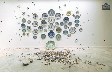VALERIANO LÓPEZ. Paseo de la Bomba, 2005-06.  Medidas variables. Instalación con piezas de cerámica popular granadina, pintada y vitrificada