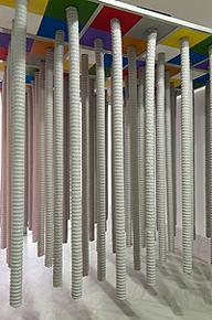 LUGAN. Bosque de mensajes, 2001. 300 x 323 x 560 cm. Instalación de tubos, amplificadores, altavoces, sintetizadores, largueros, columnas, tableros