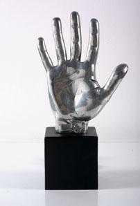 LUGAN. Mano térmica de artista, 1972. Nº Edición 90/125. 31 x 16 x 9 cm. Escultura múltiple en aluminio, hierro y resistencias
