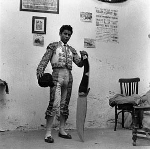 ORIOL MASPONS. El navajita, toreo de salón, 1958 (copia moderna de 2006). 118 x 78 cm. Fotografía en blanco y negro