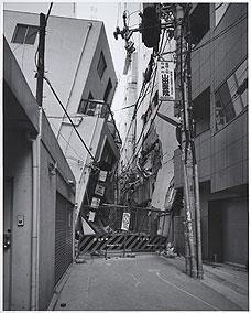 RYUJI MIYAMOTO. San-no-miya, Kobe, After the Earthquake (San-no-miya, Kobe, después del terremoto, 1995. Serie After the Earthquake. Ed.nº 1/10. 100 x 80 cm. Copia sobre papel baritado a la gelatina de plata (2002)