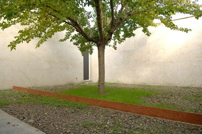 PRISCILLA MONGE. ¿Qué es lo real?, 2004. 30 x 800 cm. Ladrillos de cerámica.