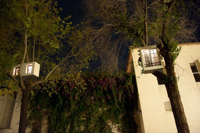 MP & MP ROSADO. Ventanas iluminadas, 2005. Instalación. Construcciones en madera. 11 piezas de medidas diversas