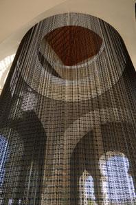 OLAF NICOLAI. Cortina de perlas negras, 2004. Medidas variables. Instalación de perlas de plástico, hilo de algodón