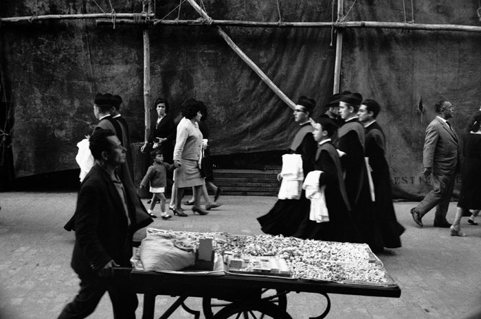FRANCISCO ONTAÑÓN. Semana Santa en Málaga, 1959 (copia moderna de 2006). 65,8 x 100 cm. Fotografía en blanco y negro