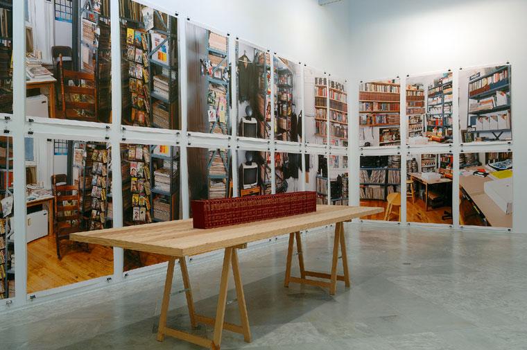 ALLEN RUPPERSBERG. The new five foot shelf, 2001. 50 libros. 20 x 13,2 x 3 c/u. Tablero 2,9 x 160 x 5;44 fotos-posters 146,3 x 89,8. Instalación