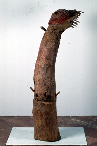 ANTONIO SOSA. S/T, 1985. Escultura, Madera y barro cocido policromado. 206 x 111 x 54 cm