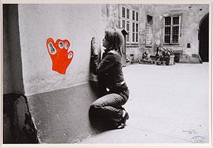 VALIE EXPORT. Configuration with Red Hand (Configuración con mano roja), 1972. Ed. nº 2/2. 42 x 61 cm. Fotografía en B/N con acuarela líquida roja y negra