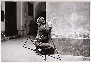 VALIE EXPORT. Figuration Var. A (Figuración, versión A), 1972. Ed. nº 1/3. 42 x 61 cm. Fotografía en blanco y negro con acuarela líquida negra