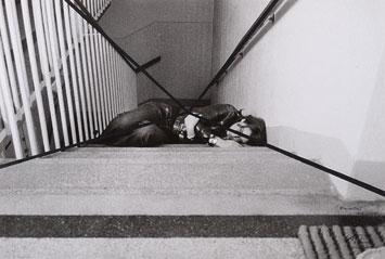 VALIE EXPORT. Stiegenbett, 1972. Nº Edición 1/3. 42 x 61 cm. Fotografía con tinta roja y negra