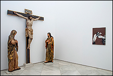 Capilla de Profundis. Calvario de Isidro de Villoldo y obra de Antoni Tapies. Colección CAAC