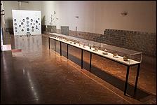 Refectorio. Piezas cerámicas (siglos XV?) e instalación 'Paseo de la bomba' de Valeriano López. Colección CAAC