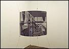 Andreas Fogarasi. Public Brands – Amtshaus der Stadt Wien, 2005. Fotografía sobre Madera, cables de acero, 64 x 80 cm. Vista de la instalación en Sparwasser HQ, Berlin. Cortesía del artista y Georg Kargl Fine Arts, Viena. Foto: Andreas Fogarasi)