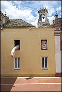 CRISTINA LUCAS (Jaén, 1973. Alicia, 2009. Instalación. Técnica mixta. Poliespán y fibra de vidrio policromada. Medidas variables. 180 x 120 x 85 cm. (cara); 367 x 120 x 180 cm. (brazo). Fotografía: Luis Durán