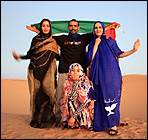 Zeina, Ismail, Jadiya y Cherihan posando con ropa de Sahara Libre Wear. Alonso Gil, 2009