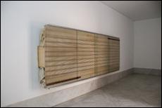 Reinhard Mucha. Bantin, 2003. Instalación escultórica: madera, cristal, aluminio, esmalte pintado en el reverso del cristal y tela de algodón. 153,67 x 407,67 x 44,77 cm