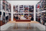 ALLEN RUPPERSBERG. The New Five Foot Shelf, 2001. El nuevo estante de metro y medio. Instalación con fotografías, libros y carteles. Medidas variables. COLECCIÓN CAAC. Foto: Guillermo Mendo