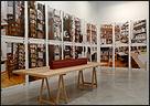 ALLEN RUPPERSBERG. The New Five Foot Shelf, 2001. El nuevo estante de metro y medio. Instalación con fotografías, libros y carteles. Medidas variables. COLECCIÓN CAAC