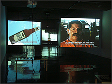 Dario Azzellini & Oliver Ressler, '5 Factories – Worker Control in Venezuela', Video instalación de 6 canales, color, sonido, 2006. Vista de la instalación: 'Now-Time Venezuela, Part 1: Worker-Controlled Factories', Berkeley Art Museum, Berkeley, 2006